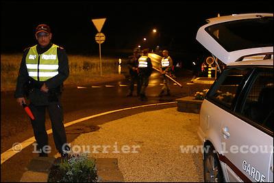 Genève, le 14.06.2005.Gardes frontière mobile, patrouille de nuit, contrôle de routine véhicules et d'itentité..© J.-P. Di Silvestro / Le Courrier