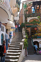 ITA, Italien, Kampanien, Sorrentinische Halbinsel, Amalfikueste, Positano: Einkaufsstrasse mit Boutiquen | ITA, Italy, Campania, Sorrento Peninsula, Amalfi Coast, Positano: shopping lane with fashion boutiques
