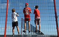 Fussball Bundesliga 2012/13: Riesenandrang beim Training des FC Bayern Muenchen mit Einkleidung