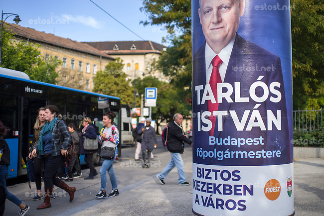"UNGARN, 10.2019, Budapest VIII. Bezirk. Buergermeisterwahlen am 13. Oktober: Plakat des regierenden Buergermeisters István Tarlós, Fidesz-KDNP - ""Die Stadt in sicheren Haenden"". 
