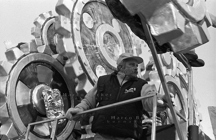 "Carnevale Storico di Santhià (Vercelli). Un carro allegorico ispirato al film ""Tempi Moderni"", di Charlie Chaplin --- Historic Carnival of Santhià (Vercelli). A carnival float inspired by the movie ""Modern Times"", of Charlie Chaplin"