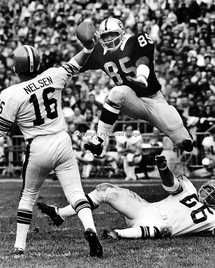 Oakland Raider Carlton Oats leaps over blocker to get to QB. (photo by Ron Riesterer)