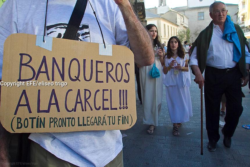 fecha:19-06-2011 En Lugo, marcha de esclavos del 15M. Convocatoria estatal del movimiento de indignados, coincidiendo con las fiestas del Arde Lucus, los manifestantes se visten de esclavos. Entorno a un millar de personas secundaron la convocatoria. Foto:EFE/eliseo trigo