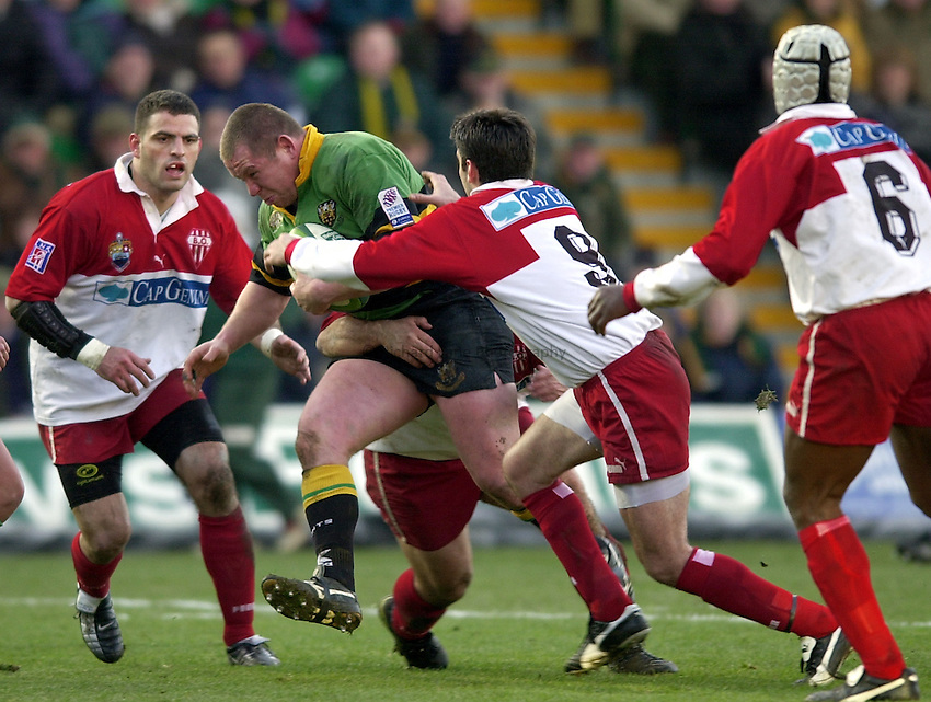 Photo. Richard Lane. .Northampton Saints v Biarritz. Heineken Cup. 11/01/2003..Matt Stewart attacks.