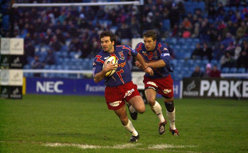 Photo. Richard Lane. .NEC Harlequins v Stade Francais. Parker Pen Challenge Cup 7th December, 2002.Christophe Dominici attacks.