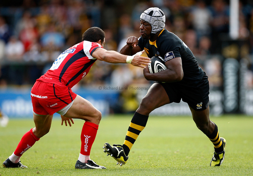 Photo: Richard Lane/Richard Lane Photography.London Wasps v Worcester Warriors. Guinness Premiership. 20/09/2009. Wasps' Serge Betsen is tackled by Warriors' Willie Walker.