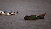 Diversos tipos de embarcação começam o dia transportando cargas, passageiros, pescadores e desportistas remadores pelas águas da baia do Guajará as margens do município de Belém.<br /> Belém, Pará, Brasil.<br /> Foto Paulo Santos<br /> 09/2014