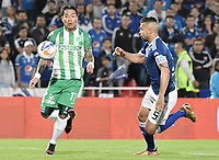 BOGOTA - COLOMBIA, 31-01-2018: Andres Cadavid (Der) jugador de Millonarios disputa el balón con Dayro Moreno (Izq) jugador de Atlético Nacional durante partido partido por la final ida de la SuperLiga Aguila 2018jugado en el estadio Nemesio Camacho El Campin de la ciudad de Bogotá. / Andres Cadavid (R) player of Millonarios fights for the ball with Dayro Moreno (L) player of Atletico Nacional during the first leg match for the final of the SuperLiga Aguila 2018played at the Nemesio Camacho El Campin Stadium in Bogota city. Photo: VizzorImage / Gabriel Aponte / Staff.