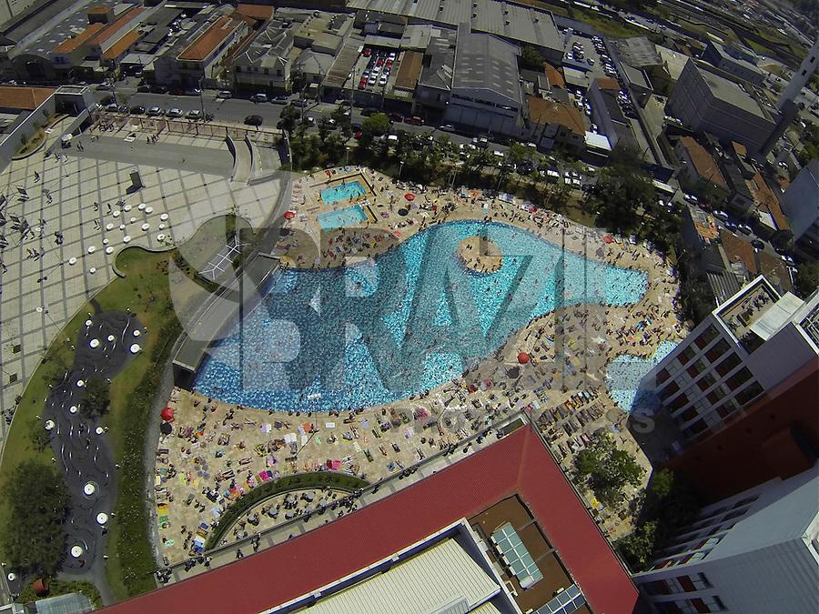 SAO PAULO, SP, 15/09/2013, CALOR. No ultimo final de semana do inverno 2013, as piscinas do SESC Belenzinho ficaram lodatas nesse domingo (15). LUIZ GUARNIERI/ BRAZIL PHOTO PRESS.