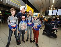 Kai Verbij Schiphol 280217<br /> Supporters en vertegenwoordigers van IJsclub Hoogmade en Kai zijn moeder met de broertjes en zusje verwelkomden de Wereldkampioen Sprint op Schiphol.<br /> &copy;foto Martin de Jong