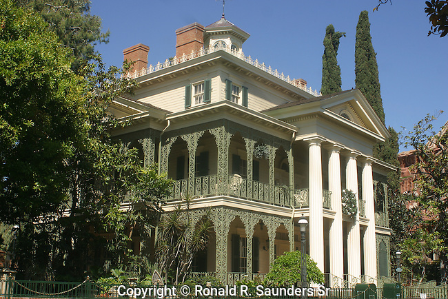 DISNEY'S HAUNTED HOUSE