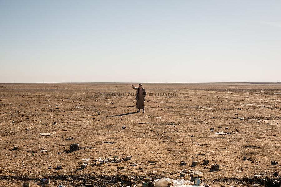 IRAK, Bashiqa: A man from a village close to Mosul has droped members of his family to the line of Bashiqa and returns back to his village, 7th December 2016. <br /> <br /> IRAK, Bashiqa: Un homme d'un village proche de Mossoul a amen&eacute; des membres de sa famille &agrave; la ligne de Bashiqa avant de retourner &agrave; son village, le 7 d&eacute;cembre 2016.