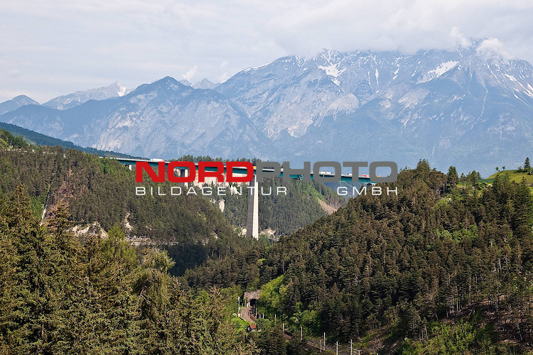 26.05.2010, Brennerstrasse, Innsbruck, AUT, Features von der Brennerautobahn, im Bild  Europabr&uuml;cke A12 Brennerautobahn der ASFINAG mit Nordkette und Brennerbahn.  Foto: nph /  J. Groder *** Local Caption *** Fotos sind ohne vorherigen schriftliche Zustimmung ausschliesslich f&uuml;r redaktionelle Publikationszwecke zu verwenden.<br /> <br /> Auf Anfrage in hoeherer Qualitaet/Aufloesung
