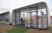Nederland  Eindhoven 2015 10 25. Dutch Design Week. 9 dagen lang presenteert DDW op 100 locaties processen, experimenten en ideeën, antwoorden en oplossingen van 2400 designers.  Expositie in de Witte Dame. Yksi Ontwerp Expo Winkel. In de cabine staan objecten van Studio PS
