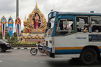 La reine Sirikit, très appréciée des Thailandais est aussi très présente dans les rues de la capitale. Ici sur les co^tés de la place du monument du roi Thaksin (ouest de Bangkok)