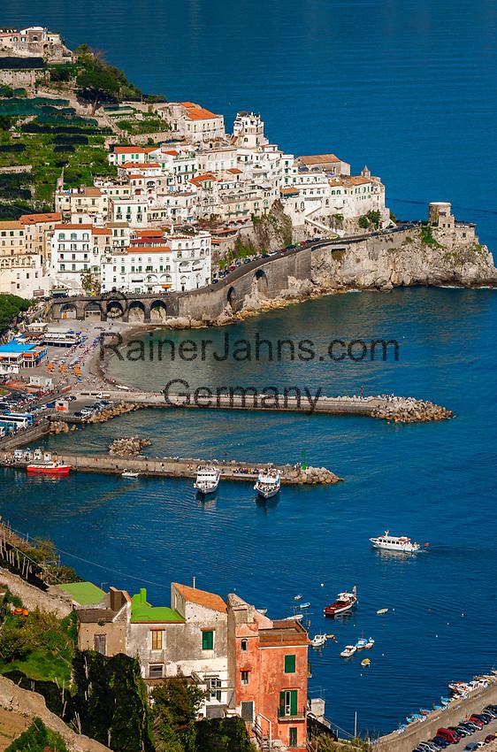 Italien, Kampanien, Sorrentinische Halbinsel, Amalfikueste: Blick auf den malerischen Kuestenort Amalfi   Italy, Campania, Sorrento Peninsula, Amalfi Coast: view at picturesque seaside resort Amalfi