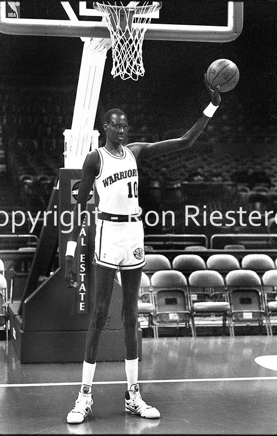 Golden State Warriors 7ft 7in Center Manute Bol .(.1988 photo/Ron Riesterer)