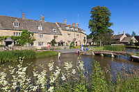 Great Britain, England, Gloucestershire (Cotswolds), Lower Slaughter: summer village scene with Cotswold cottages along the River Eye | Grossbritannien, England, Gloucestershire (Cotswolds), Lower Slaughter: sommerliche Dorfszene mit Cotswold cottages am Fluss Eye
