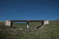 Corleone, Sicilia. Un ponte mai terminato nel mezzo delle campagne di Corleone.<br /> Il paese che da molti &egrave; considerato come il luogo dove sia nata la Mafia, si ritrova dopo la morte di Tot&ograve; Riina, a dover far i conti con una pesante eredit&agrave;. A Corleone vivono poco pi&ugrave; di 11 mila abitanti e il comune &egrave; stato sciolto per infiltrazioni mafiose nell&rsquo;agosto del 2016.