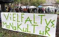 """Nazi Aufmarsch / Demo in Leipzig Ost - Leipziger verhindert den Zug durch die Stadt mit Blockade am S-Bahnhof Sellerhausen - unter dem Motto """"Leipzig nimmt Platz"""" nahmen Hunderte Leipziger an der bunten Gegenveranstaltung teil - sie schafften es den Start des Aufmarsches solange zu verhindern bis die Polizei die Kundgebung für beendet erklärte - in diesem Moment (ca. 16:40) eskalierte die Situation auf Seiten der Sympathiesanten der rechten Szene - Steine und Flaschen flogen - die Polizei bekam die Situation rasch wieder unter Kontrolle - im Bild:   Straßenfest in der Eisenbahnstraße am Vormittag. Foto: Norman Rembarz..Norman Rembarz , ASV-Autorennummer 41043728 , Holbeinstr. 14, 04229 Leipzig, Tel.: 01794887569, Hypovereinsbank: BLZ: 86020086, KN: 357889472, St.Nr.: 231/261/06432 - Jegliche kommerzielle Nutzung ist honorar- und mehrwertsteuerpflichtig! Persönlichkeitsrechte sind zu wahren. Es wird keine Haftung übernommen bei Verletzung von Rechten Dritter. Autoren-Nennung gem. §13 UrhGes. wird verlangt. Weitergabe an Dritte nur nach  vorheriger Absprache.."""