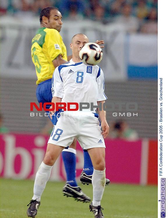 FIFA Confederations Cup 2005   Spiel-04<br /> <br /> Brasilien vs. Griechenland<br /> <br /> <br /> <br /> Im luftigen Zweikampf liegen sich Emerson (Brasilien) und Stylianos Giannakopoulos (Griechenland).<br /> <br /> <br /> <br /> Foto &copy; nordphoto