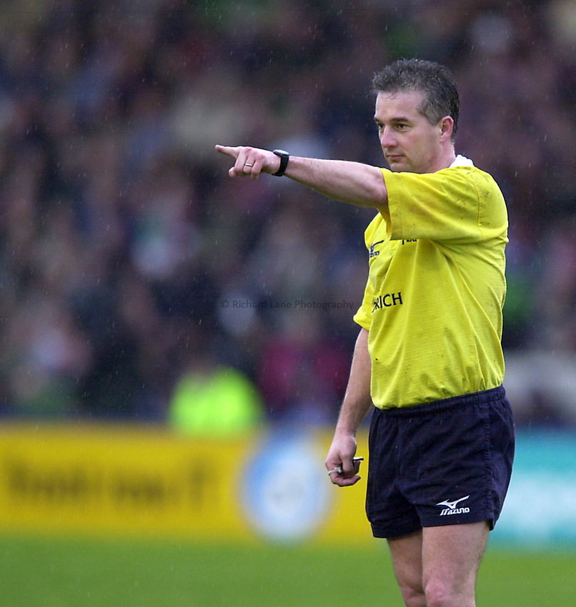 Photo. Richard Lane. .Harlequins v Newcastle at the Stoop, London. Zurich Premiership Rugby. 16-3-2002.Referee, Chris White.