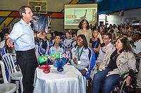RIO DE JANEIRO, RJ, 29 AGOSTO 2012-PREFEITO EDUARDO PAES NO ENCONTRO COM ATLETAS PARALIMPICOS-O Prefeito do Rio de Janeiro, Eduatrdo Paes, a Consul Geral Britanica, Paula Walshe a Secretaria da SMPD, Georgete Vidor, encontra com atletas Paralimpicos e familiares para assistir a abertura dos jogos ao vivo, quadra esportiva da SMPD, no centro do Rio de Janeiro.(FOTOMARCELO FONSECA BRAZIL PHOTO PRESS).