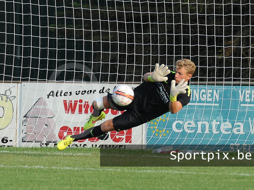 Sint-Eloois-Winkel Sport - SV Temse :<br /> <br /> Dimitri Verhulst stopt de strafschop van collega doelman Tim Renier<br /> <br /> foto VDB / BART VANDENBROUCKE