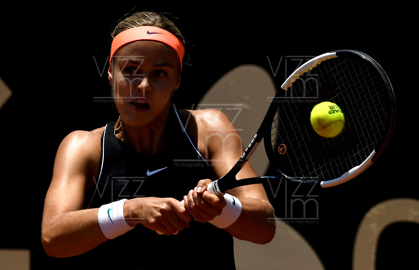 BOGOTÁ-COLOMBIA, 08-04-2019: Anna Karolina Schmiedlova de Eslovaquia, devuelve la bola a Yealine Bonaventure de Bélgica, durante partido por el Claro Colsanitas WTA, que se realiza en el Carmel Club en la ciudad de Bogotá. / Anna Karolina Schmiedlova from Slovakia, returns the ball to Yealine Bonaventure from Anna Karolina Schmiedlova , during a match for the WTA Claro Colsanitas, which takes place at Carmel Club in Bogota city. / Photo: VizzorImage / Luis Ramirez / Staff.