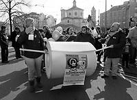 """milano, manifestazione contro la riforma dell'istruzione. un enorme rotolo di carta igienica a simbolizzare la scuola """"che va a rotoli"""" --- milan, demonstration against the school reform. a huge toilet roll to symbolize the school """"rolling"""" downhill"""