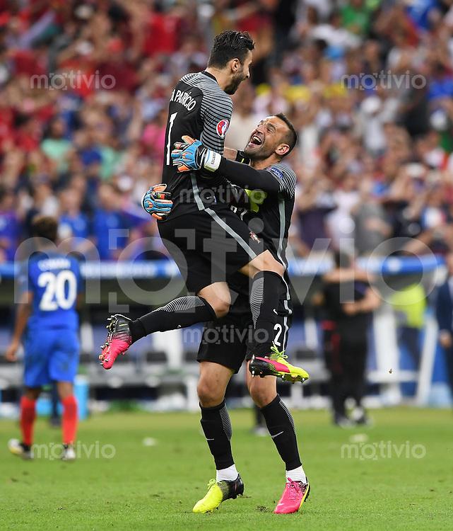 FUSSBALL EURO 2016 FINALE IN PARIS  Portugal - Frankreich     10.07.2016 JUBEL Portugal; Torwart Eduardo (re) umarmt Torwart Rui Patricio