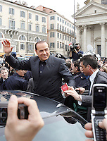 Il leader del Popolo della Liberta' Silvio Berlusconi saluta i suoi simpatizzanti dopo aver presentato il Camper della Liberta' in Piazza del Popolo, Roma, 12 marzo 2008..Leader of the People of Freedom's center-right coalition Silvio Berlusconi, center, waves to sympathizers after presenting the Camper of Freedom in Rome's Piazza del Popolo, 12 march 2008..UPDATE IMAGES PRESS/Riccardo De Luca