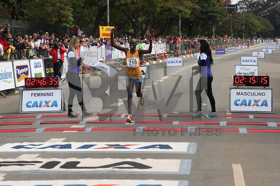 SÃO PAULO, SP - 17.05.2015 - MARATONA-SP - O queniano Asbel Kipsang, primeiro colocado masculino da XXI Maratona de São Paulo, que ocorre neste domingo (17), a maratona tem um percurso de 42km com sua largada e chegada no Parque do Ibirapuera, zona sul de São Paulo (Foto: Douglas Pingituro / Brazil Photo Press)