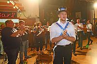 """Büttelborn 17.09.2017: Biddelberner Kerb<br /> Biddelberner Kerwevadder Eric Kistner zieht mit den Kerweborsch zur Musik von """"TKKG"""" in die Tornhall ein"""
