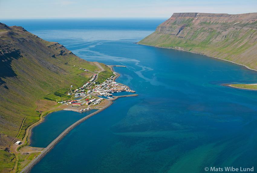 Suðureyri, Súgandafjörður séð til vesturs. Göltur í baksýni en Norðureyri t.h. Ísafjarðarbær áður Suðureyrarhreppur. /  Sudureyri, Sugandafjordur viewing west. mount Goltur in background and the tip of Nordureyri right in picture. Isafjardarbaer former Sudureyrarhreppur.