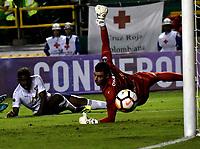 PALMIRA - COLOMBIA, 19-09-2018: Adrian Gabbarini, guardameta de Liga Deportiva Universitaria de Quito, se lanza por el balón, durante partido entre Deportivo Cali (COL) y Liga Deportiva Universitaria de Quito (ECU), de los octavos de final, llave H, por la Copa Conmebol Sudamericana 2018, jugado en el estadio Deportivo Cali (Palmaseca) en la ciudad de Palmira. / Adrian Gabbarini, goalkeeper of Liga Deportiva Universitaria de Quito, dives for the ball, during a match between Deportivo Cali (COL) and Liga Deportiva Universitaria de Quito (ECU), of eighth finals, key H, for the Copa Conmebol Sudamericana 2018, at the Deportivo Cali (Palmaseca) stadium in Palmira city. Photo: VizzorImage / Luis Ramirez / Staff.