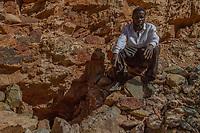 Joe H., 42, illegaler Goldgräber aus dem Slum New Canada in Johannesburg, Südafrika, vor einem 1942 stillgelegten Bergwerk