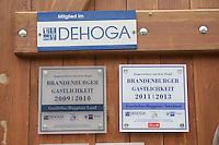 """Am Montag den 13. Mai 2013 wurden drei polnische Saisonarbeiter in Kremmener Ortsteil Staffelde von Einwohnern als vermeintliche Einbrecher verfolgt, geschlagen, gefesselt und verschleppt. Auch nach dem die Frau dem Einbruchhaus den Verfolgern mitteilte, dass die Vertragsarbeiter nicht die Einbrecher seien, liessen die Maenner nicht von ihren Opfern ab. Der Buergermeister der Gemeinde Kremmen und die Stadtverordneten verurteilten den Angriff auf die Polen als rassistische Tat.<br />Am Dienstag den 21. Mai 2013 kamen Mitglieder antirassistischer Gruppen und Fluechtlinge aus Berlin nach Kremmen um mit einer Kundgebung ihren Unmut ueber diese rassistische Tat zum Ausdruck zu bringen.<br />Im Bild: Auszeichnung """"Gastliches Ruppiner Land"""" des Deutschen Hotel und Gaststaettenverbandes fuer Brandenburger Gastlichkeit an einem Ausflugslokal.<br />21.5.2013, Kremmen<br />Copyright: Christian-Ditsch.de<br />[Inhaltsveraendernde Manipulation des Fotos nur nach ausdruecklicher Genehmigung des Fotografen. Vereinbarungen ueber Abtretung von Persoenlichkeitsrechten/Model Release der abgebildeten Person/Personen liegen nicht vor. NO MODEL RELEASE! Don't publish without copyright Christian-Ditsch.de, Veroeffentlichung nur mit Fotografennennung, sowie gegen Honorar, MwSt. und Beleg. Konto:, I N G - D i B a, IBAN DE58500105175400192269, BIC INGDDEFFXXX, Kontakt: post@christian-ditsch.de<br />Urhebervermerk wird gemaess Paragraph 13 UHG verlangt.]"""