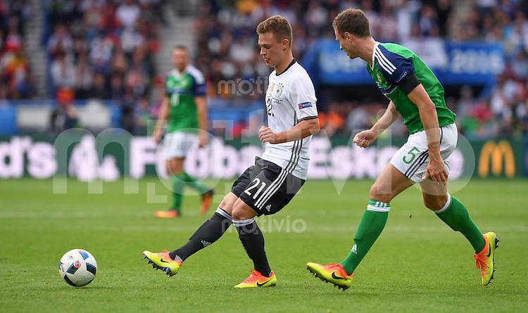 FUSSBALL EURO 2016 GRUPPE C IN PARIS Nordirland - Deutschland     21.06.2016 Joshua Kimmich (li, Deutschland) gegen Jonny Evans  (re, Nordirland)