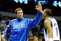 LWS11. DALLAS (TX, EE.UU.), 16/02/2011.- El jugador de los Mavericks de Dallas Dirk Nowitzki (i) celebra con su compañero Shawn Marion (d) su anotación ante los Kings de Sacramento hoy, miércoles 16 de febrero de 2011, durante la segunda mitad del partido por la NBA en el American Airlines de Dallas, Texas (EE.UU.). EFE/Larry W. Smith/PROHIBIDO SU USO EN CORBIS...