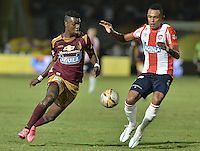 IBAGUÉ -COLOMBIA, 10-12-2015. Marco Perez (Izq) del Deportes Tolima disputa el balón con William Tesillo (Der) de Atlético Junior durante partido de ida por la semifinal de la Liga Águila II 2015 jugado en el estadio Manuel Murillo Toro de Ibagué./ Marco Perez (L) player of Deportes Tolima struggles for the ball with William Tesillo (R) player of Atletico Junior during first leg match for the semifinal of the Aguila League II 2015 played at Manuel Murillo Toro stadium in Ibague city. Photo: VizzorImage/ Gabriel Aponte / Staff