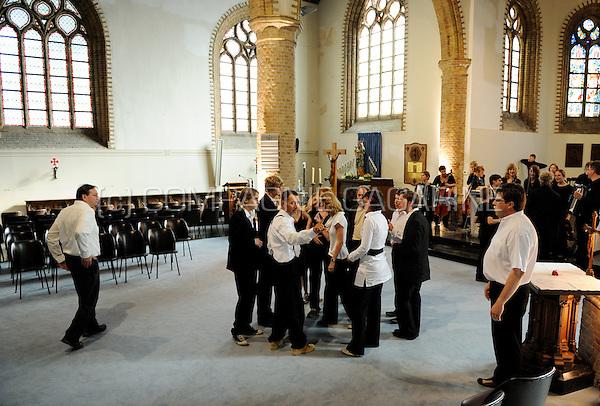 """Dirk Opstaele's workshop """"Dien Avond En Die Rooze"""" performed at the Spots Op West theatre festival in Westouter (Belgium, 11/07/2008)"""