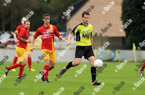 2014-10-05 / Voetbal / seizoen 2014-2015 / Bevel FC - Retie SK / Roel Lenaerts (Bevel) aan de bal met Senne Smets in de rug<br /><br />Foto: mpics.be