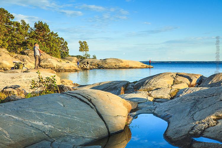 Fiske på klippor vid Gålö i Stockholms skärgård.