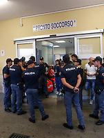 Poliziotto ferito in un conflitto a fuoco durante un servizio antiracket  in Via Leopardi a Napoli , nella i colleghi di Nicola in attesa di notizie all' esterno ospedale Loreto mare