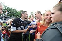 KAATSEN: FRANKERE: It Sjûkelân, 03-0802016, PC, Permanente Comissie, kaatsen, felicitaties van Gert-Anne van der Bos voor PC-koning Hans Wassenaar, ©foto Martin de Jong