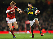 2nd December 2017, Principality Stadium, Cardiff, Wales; Autumn International Rugby Series, Wales versus South Africa; Warrick Gelant of South Africa holds off Rhys Patchell of Wales