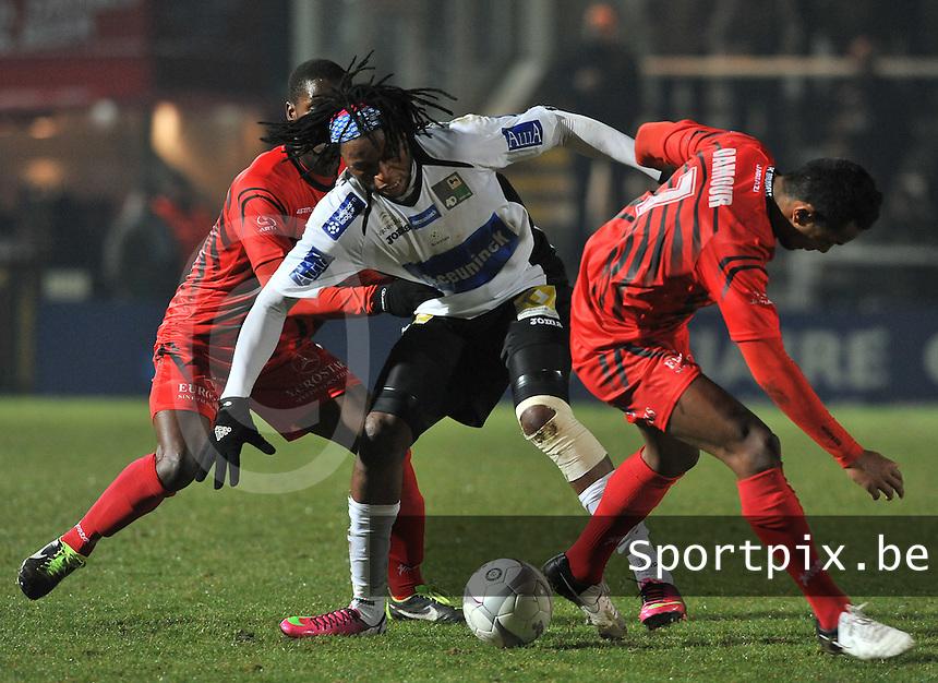 KSV Roeselare - FC Brussels : Junior Kabananga aan de bal voor Loic Damour (rechts) en Noel Soumah (links).foto VDB / BART VANDENBROUCKE