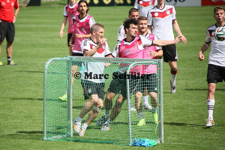 Bastian Schweinsteiger gegen Mats Hummels - Training der Deutschen Nationalmannschaft  zur WM-Vorbereitung in St. Martin