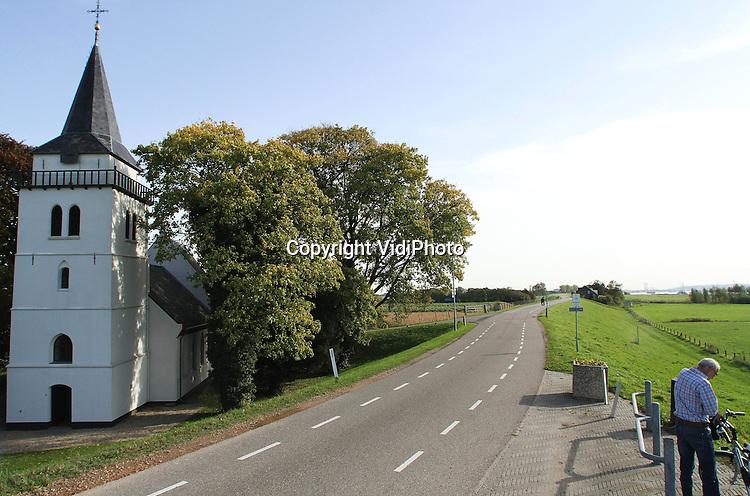 Foto: VidiPhoto..SLIJK-EWIJK - Een van de mooiste en karakteristieke kerken van Nederland gaat dicht: de witte kerk (14e eeuw) aan de Waaldijk in het Gelderse Slijk-Ewijk. De protestantse gemeente (PKN) fuseert met die van buurgemeente Herveld en daarmee wordt het goed onderhouden rijksmonument van de kleine kerkgemeenschap overbodig. Tot groot verdriet van de leden, overigens. Zondags bezoeken nog maar zo'n 20-25 mensen de dienst. Het liefst verkoopt de gemeente het godshuis voor 1 euro aan een kerkgemeenschap. Alle anderen dienen de taxatiewaarde te betalen. Die zal zo rond de 1,5 ton liggen. Zondag 30 december wordt de laatste dienst gehouden, in aanwezigheid van oud-predikanten. Door kerkverlating gaan er in de PKN gemiddeld iedere week twee kerken dicht..
